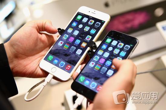 升级到苹果最新的 iOS 系统版本的用户发现,他们的手机变慢了,因为花里胡哨的新功能得由更快速的芯片来处理。 在圣诞节前不久,苹果全盘招供,称它使用软件技术来减慢旧款手机的处理速度,是因为考虑到会老化的电池的自然寿命,避免手机因为电池问题意外关机。 该库比蒂诺公司提供了一项解决方案但消费者得付出一定的价钱。由于苹果的智能手机产品并非采用方便拆卸的电池,更换新的电池要收费 79 美元。(注:苹果周五发声明致歉,并将电池更换价格下调到29美元。) 苹果在发表公开声明以后一直保持沉默。它在声明中称,去年公司